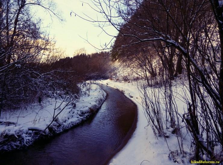 Хайкинг или ходьба с палками вдоль берегов Москвы-реки