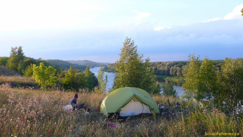 Грунтовка приводит нас к Дону. Встаем в 400 метрах от дороги, в весьма уютном месте. Нас не видно не с реки, ни с грунтовки. Впереди вечерние хлопоты.