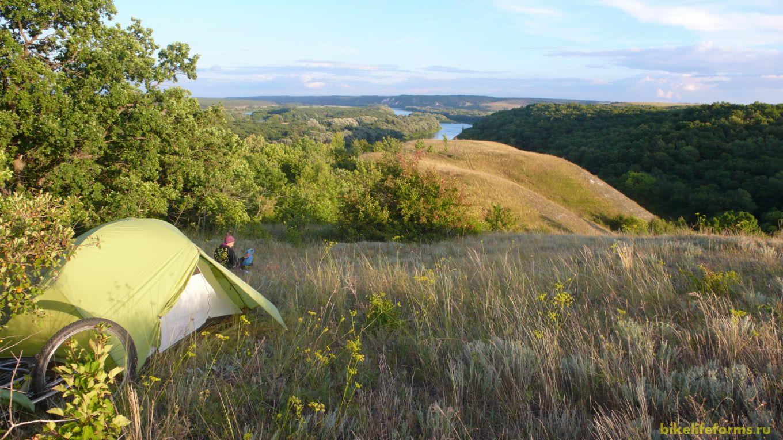 В одном из таких мест мы и установили нашу палатку для ночлега. Много раз я ночевал над берегом Дона, но в таком чудном месте не был ни разу. Вниз течет девственный родник, из окна палатки открывается вид на несметное количество километров.