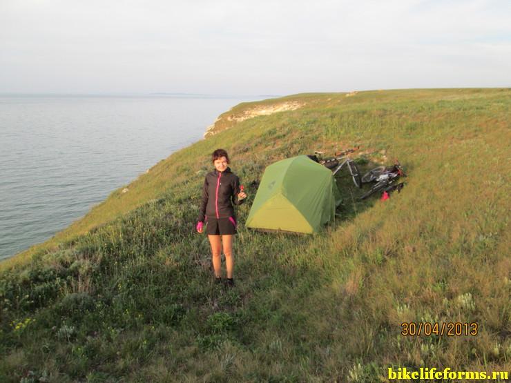 Ночевка в низине над Азовским морем всего в 100м. от грунтовой дороге.