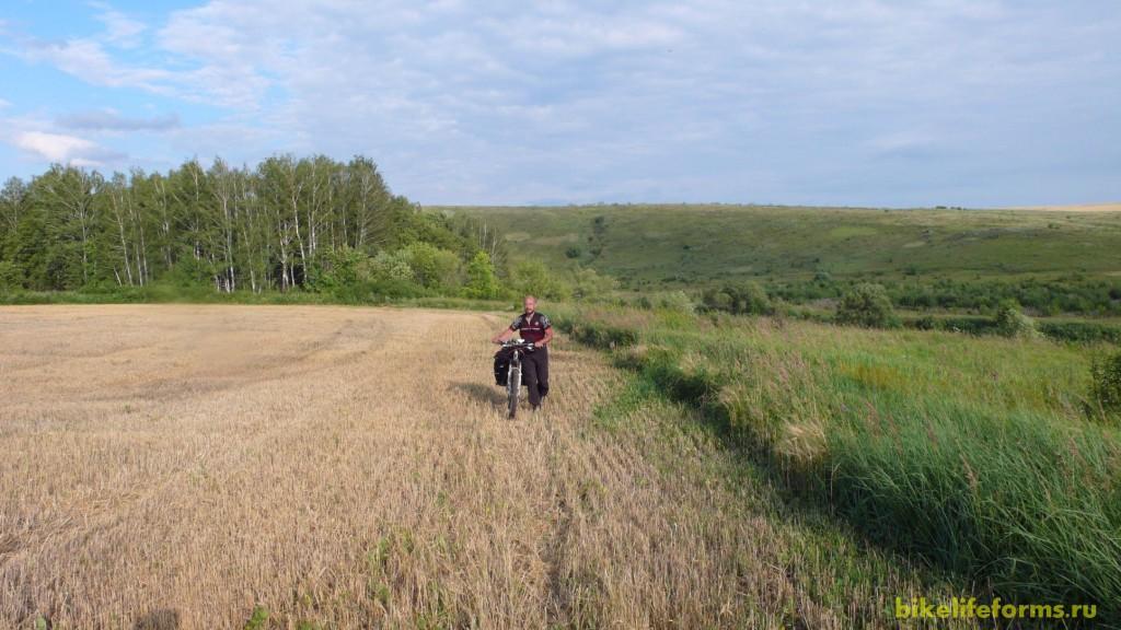Все грунтовки заканчиваются и мы идем пешком добрых пару километров.