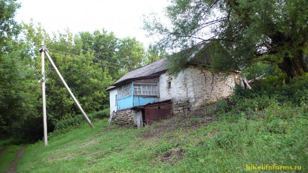 Последний дом в тихой деревне, он же является ориентиром начала грунтовой дороги идущей в поля вдоль реки Воргол.