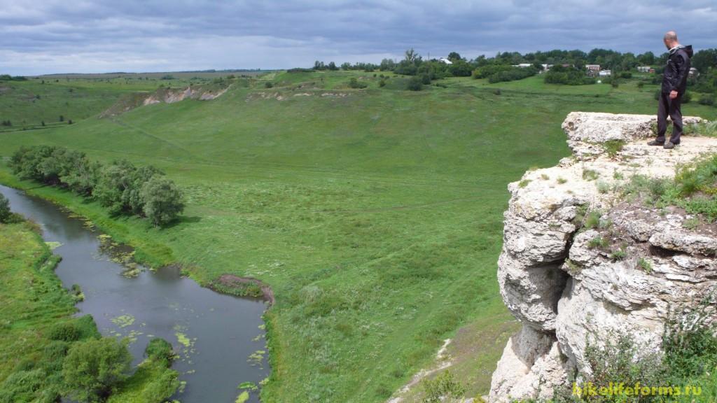 Его берега охраняют вековые невысокие скалы...