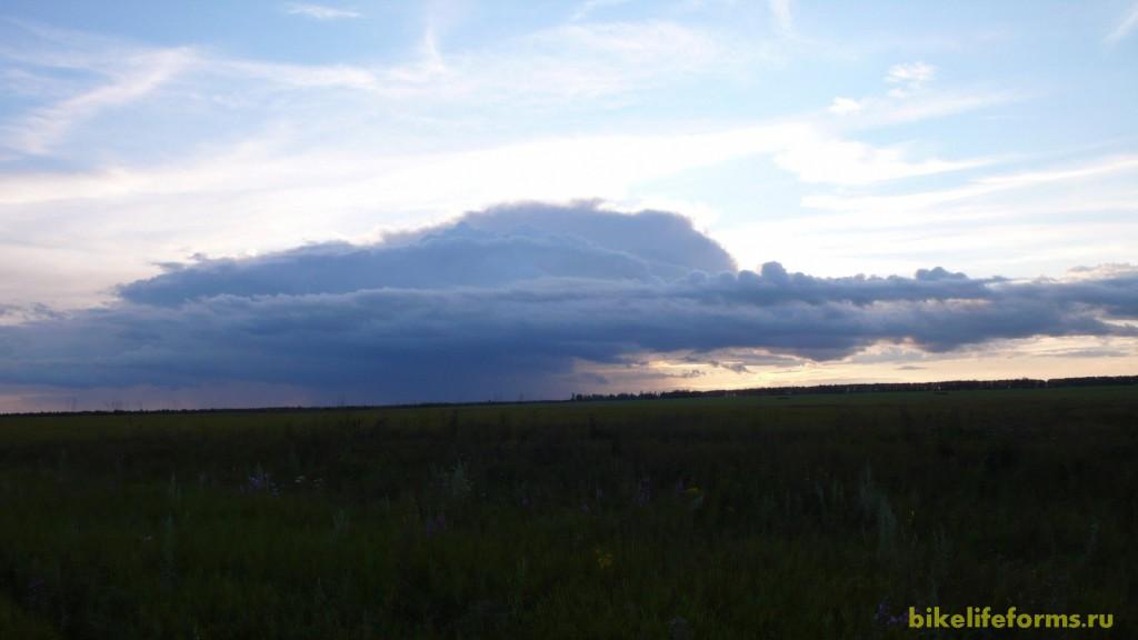 В 10 километрах от нас бушует настоящая буря. Готовимся к адскому пиздецу, но боги неба смиловались над нами...