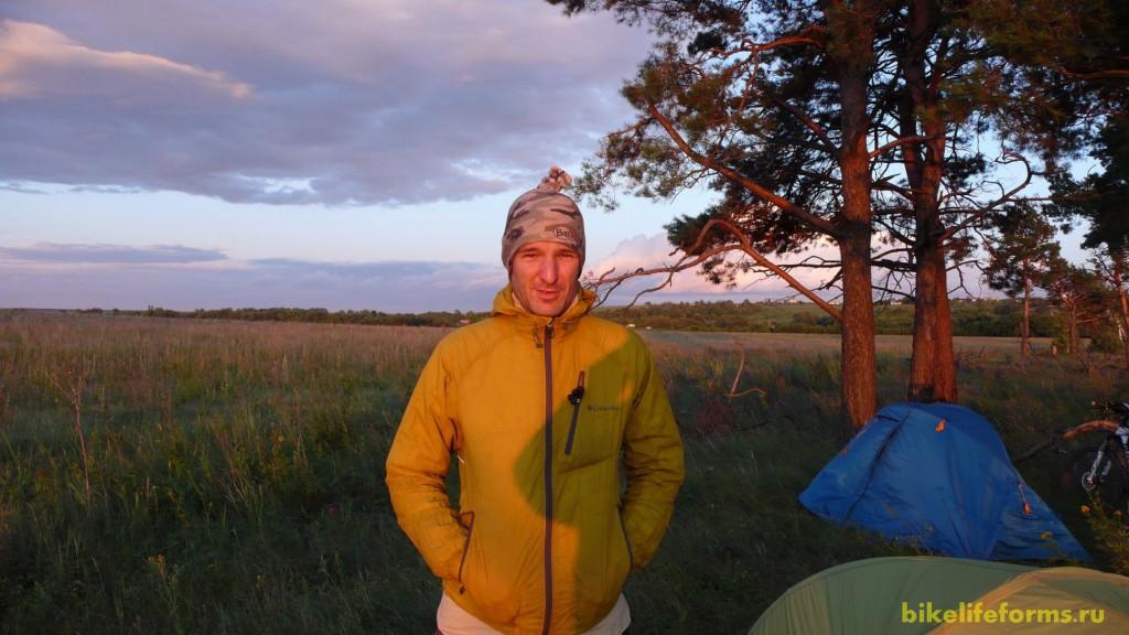 Исмаил делает мой портрет на фоне нашего лагеря.