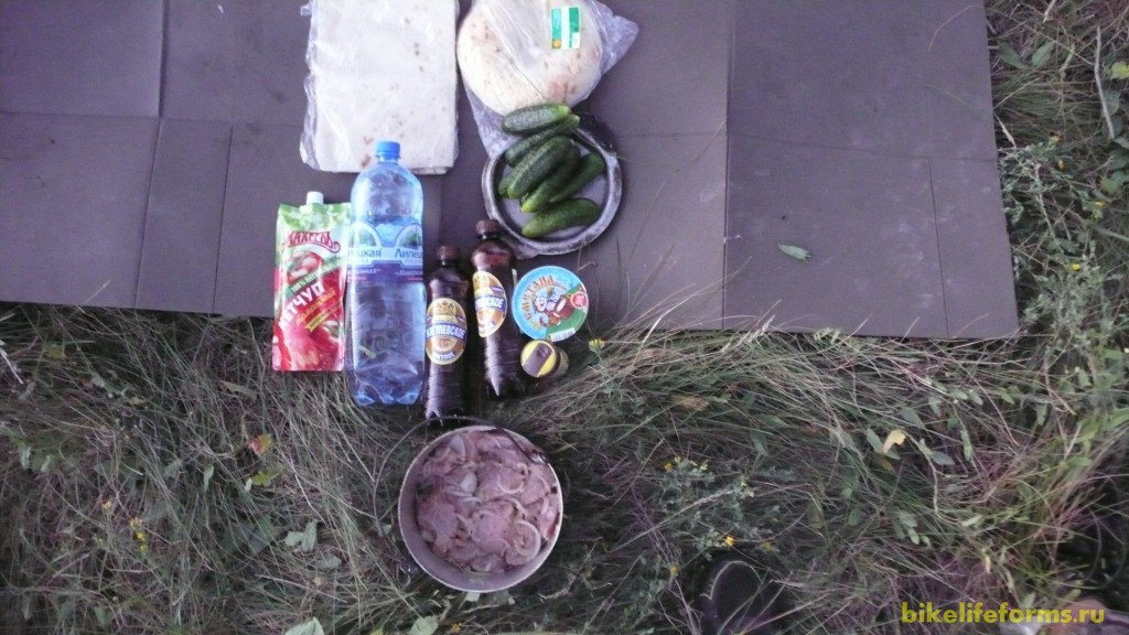Ужин у нас сегодня весьма барагозный. Шашлык из индейки, пиво, не хватает только бутылочки беленькой...