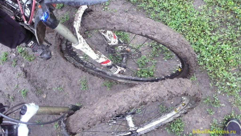 грязь на велосипедных покрышках