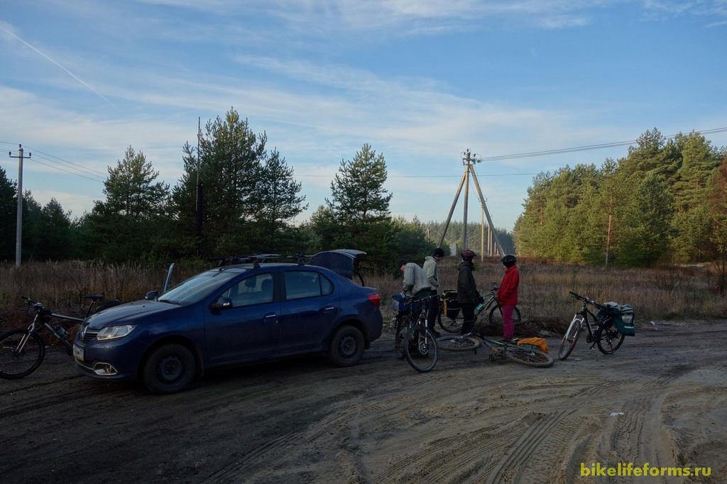 Московское время 9-30 на лесной поляне собралась группа любителей велосипедных прогулок. Дорога на машине оказалась несколько долгой, зато сразу мы попали с Димой с корабля на бал.