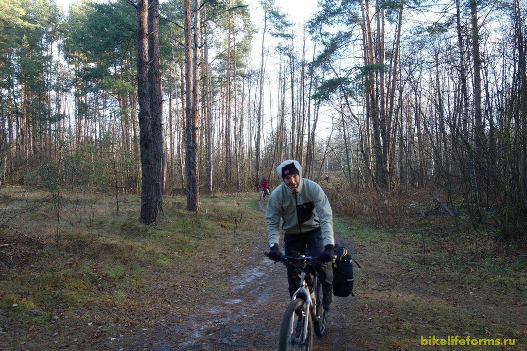 Первые километры велопрогулки выдались особенно холодными. Мерзло все тело, особенно ступни ног. Погодники обещали нам +5, а  реальности было ниже нуля.
