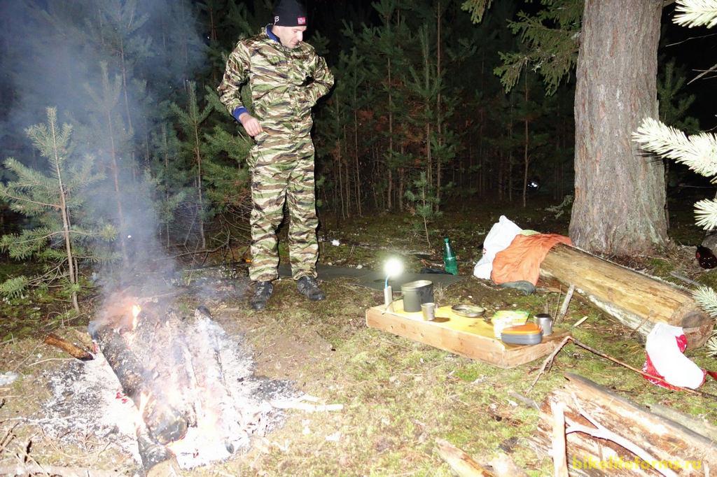 Заночевали практически на лесной просеке, Так и не доехав, до Шалаховского водохранилища. Костер греет, виноградная водка обжигает горло, а мягкая медовуха, только усиливает эффект теплоотдачи.