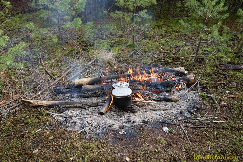 Титановые котелки, а в них кипяток, но впрочем тепло уже и без горячего чая.