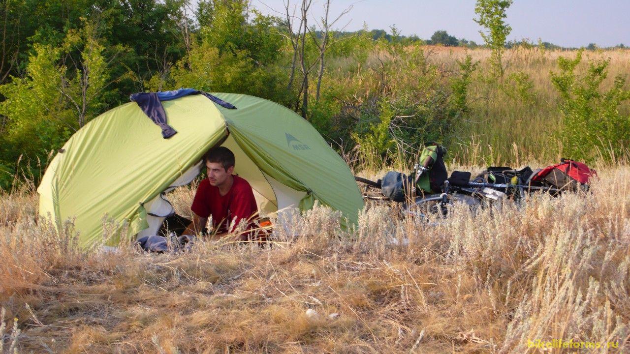 Ночь прошла спокойно. Я проснулся чуть раньше и стал делать зарядку, а чуть позже и Миха высунул свой нос из палатки.