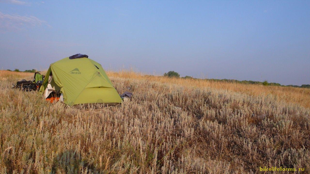 Место для палатки мы выбрали всего в 300 метрах от грунтовой дороги, по который так и никто не проехал за время нашей стоянки.