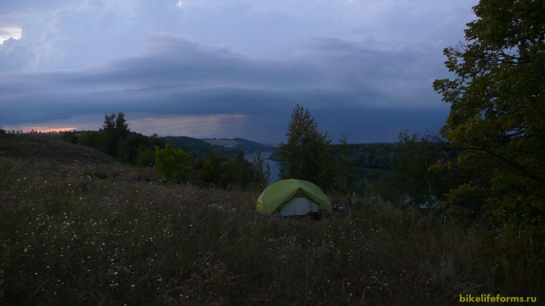 Ближе к ночи, по всему небу разлетаются раскаты грома. Суеты нет. Но вещи мы прячем внутрь палатки, снимаем и  с багажника и велорюкзак. Гроза гремит где-то в 3-4 километрах от нас, но место нашей ночевки ей не мешает.