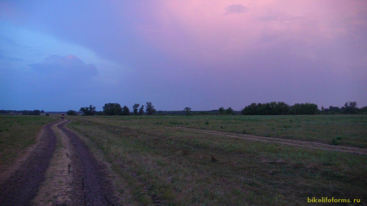 Небо рисовало нам в этот вечер фиолетовами красками покоя и тишины. Порой казалось, что катили мы в никуда в бездну  бесконечного молчания. А под конец  мы даже успели потеряться. Ну а далее начался лес, и именно в нем мы нашли наш ночной приют. Позади оказалось 78км грунтовых дорог.