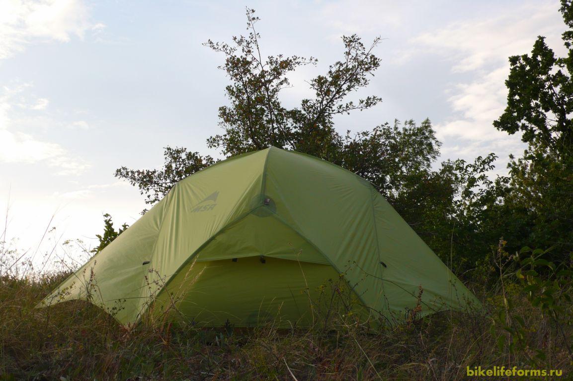 Палатку установили на склоне.
