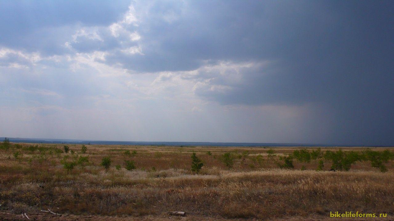 Около 4 километров мы удирали от гррозовой тучи. Побег от дождя удался.