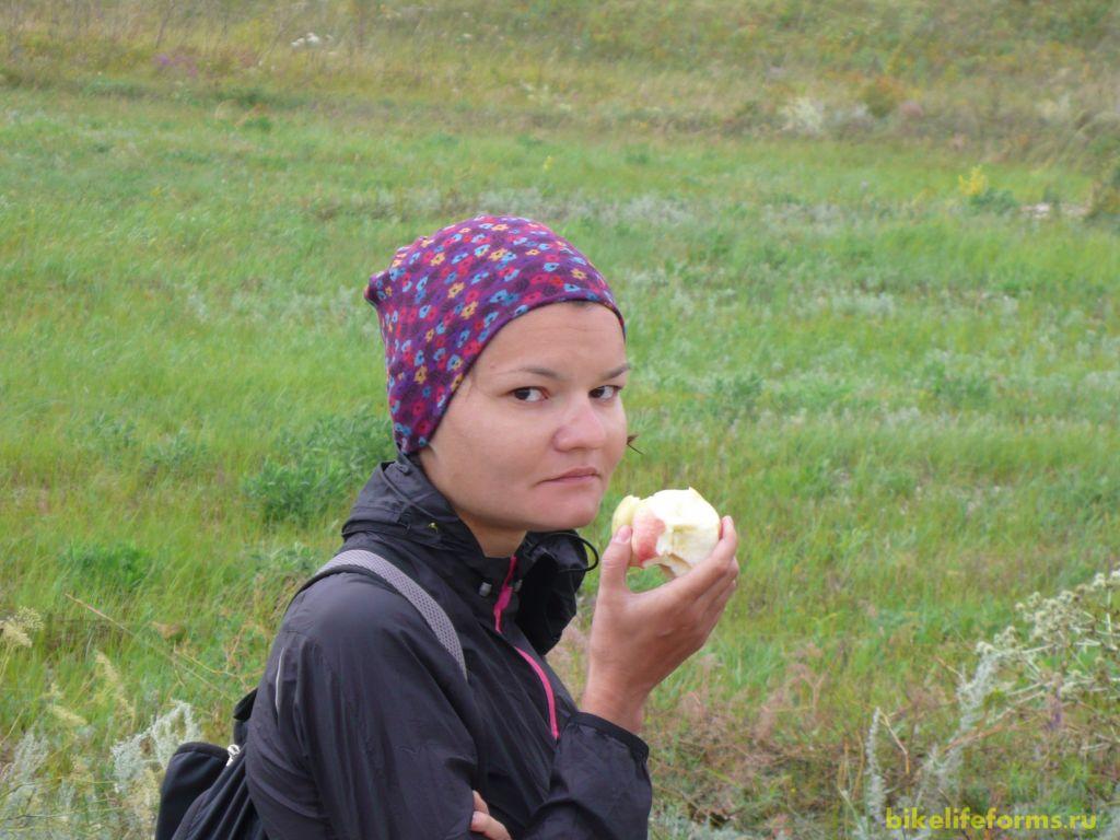 По пути подкрепляемся многочисленными яблоками, которые мы набрали в заброшенных садах. Ветер сегодня встречный, поэтому ехать нелегко и организм каждый час требует топлива.