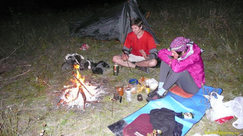 С наступлением темноты,  мы жжем костер и  жарим сосиски, пьем пиво и ведем долгие разговоры за жизнь.