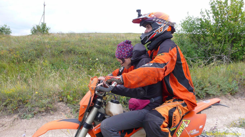 Я еду своим ходом, а Анечку на борт мотоцикла берет Миша.