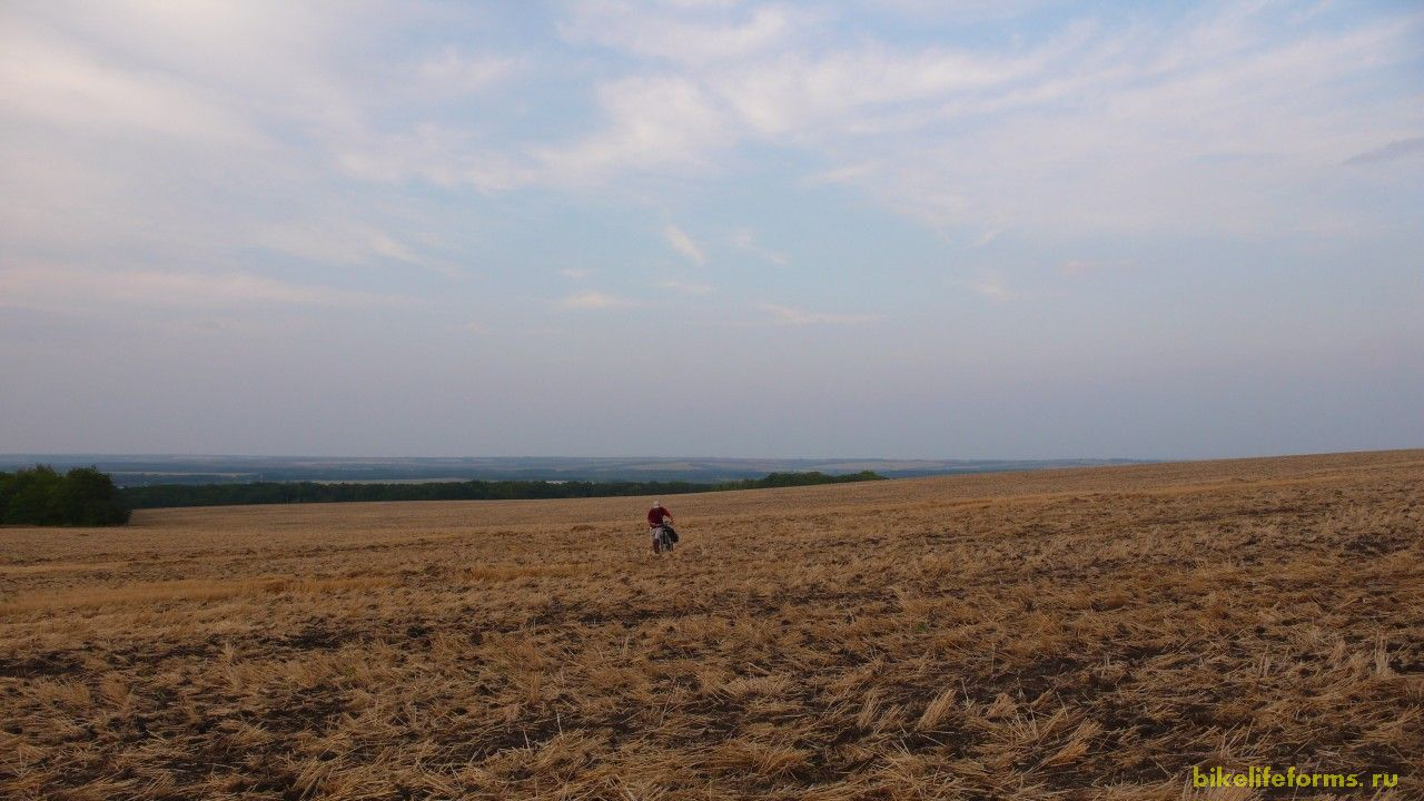 Грунтовка предательски закончилась и нам пришлось более километра отпахать пешком. Мы были похожи на пару тракторов Беларусь.