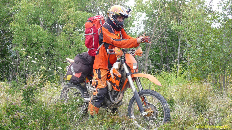 После посещения Шатрища нас ждет Дивногорье. Миша берет наш велорюкзак и уезжает вперед. А мы неспешно плетемся по многочисленным курганами и холмам.