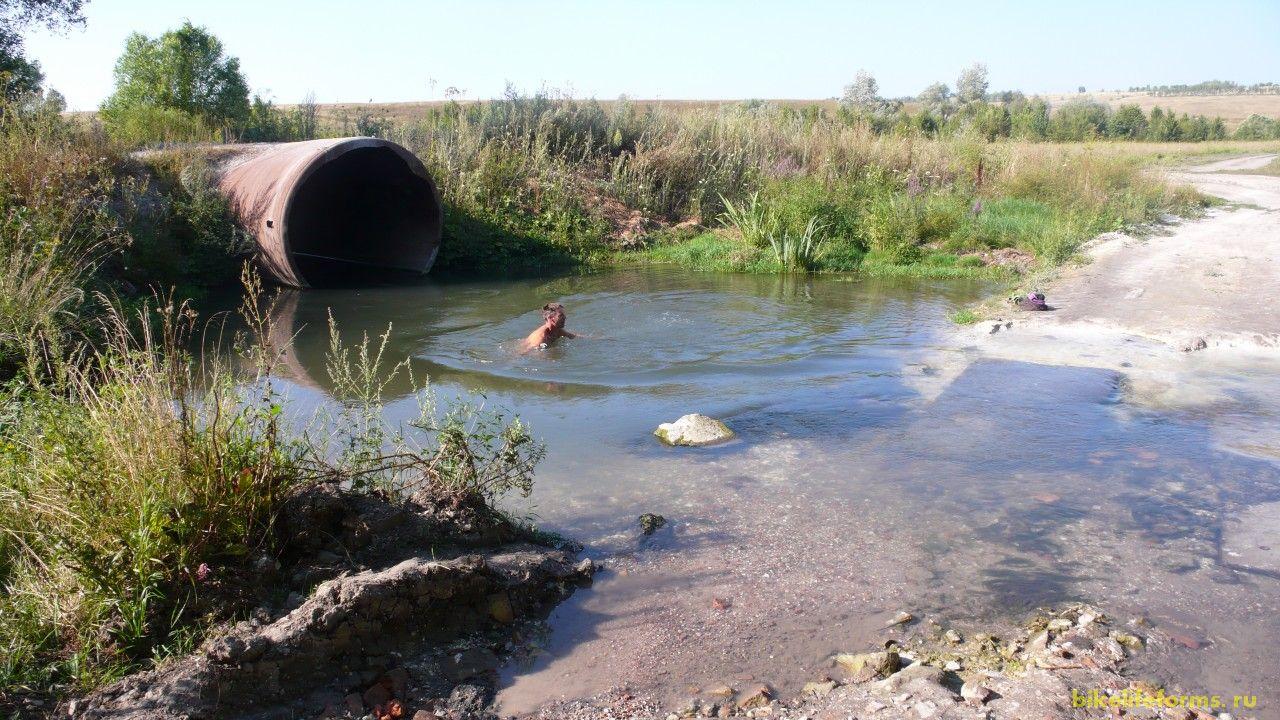 После пробуждения снова купание. Вода в Сарме чистая и ледяная.