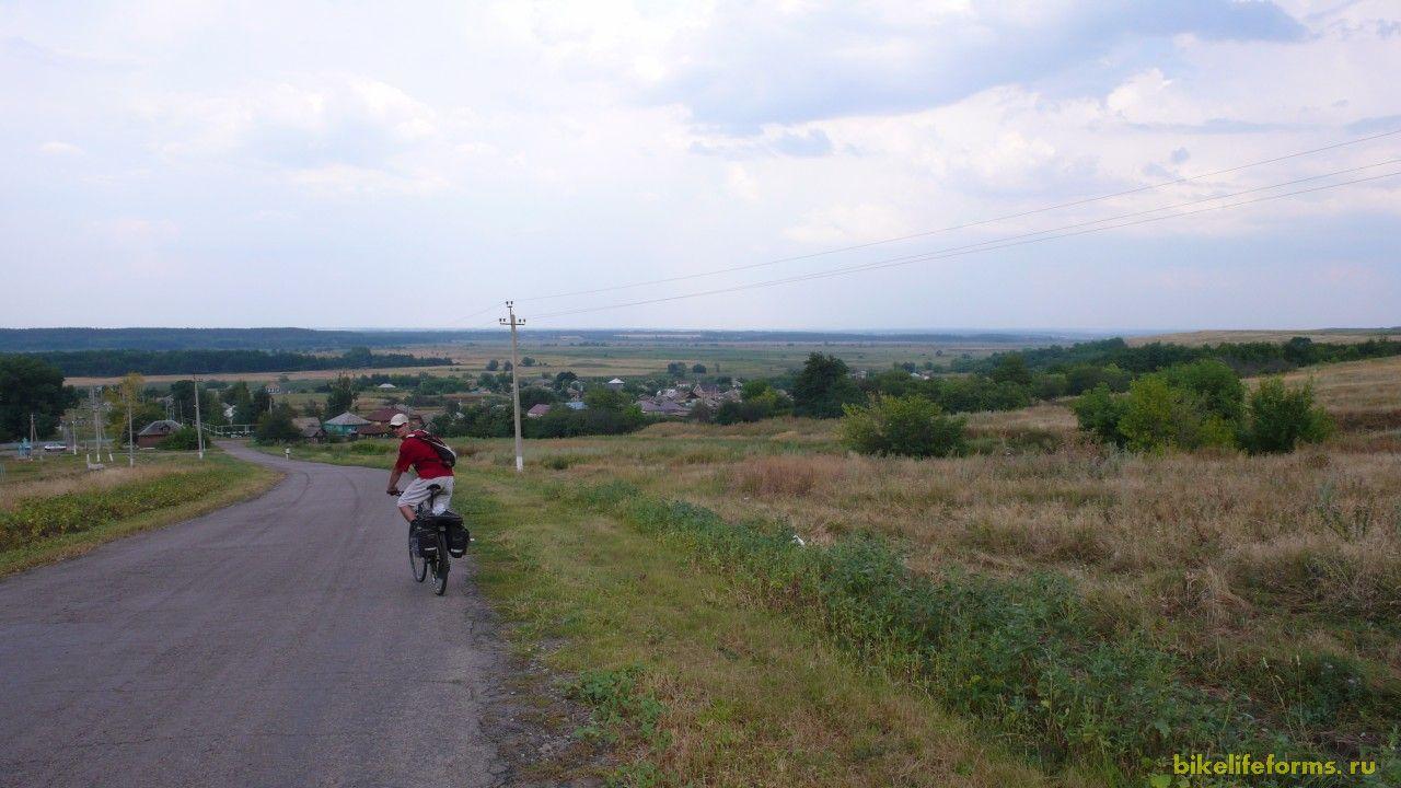 Пересекли трассу Дон и оказались на пустынном асфальте, который привел нас в село Пчелиновка, где мы набрали воды и встретили беженцев с Донбасса.