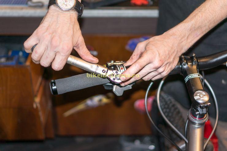 Работа динамометрическим ключом при установке манеток и тормозов