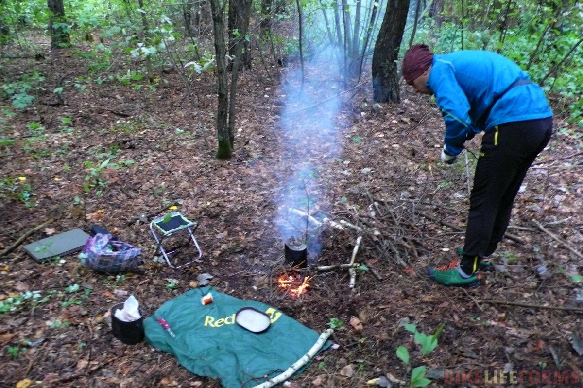 К обеду погода наладилась. К 13-00 мы отпахали уже более 60 км. Сил уже немного. Что-то съел ветер, а что-то горки. Забурились в лес и решили отобедать. Вариться кофе, горит, костер, плавится во рту шоколад, Жить хорошо!