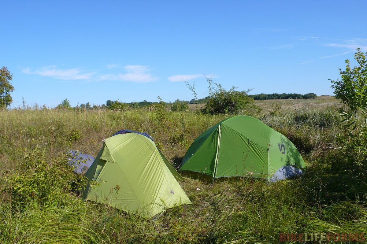 А вот палатки. Нелегко было найти для них ровное место с мягкой травой.
