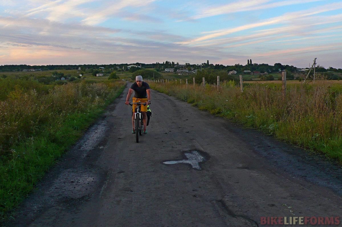 Уезжам от села. Позади около 50 км с места старта. Лесные топкие дороги, это вам не асфальт!