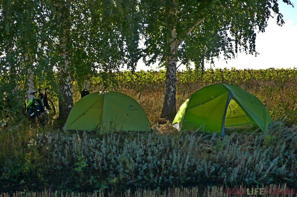 Вот наши палатки. Моя однушка MSR и двушка Nemo Дениса. Спал он в ней как царь.