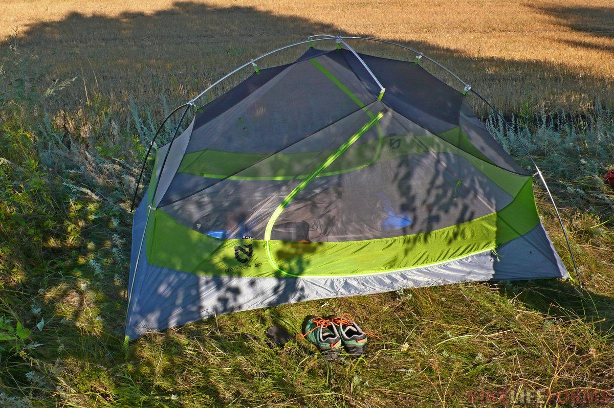 Внутренняя палатка из сетки. Мягкая трава, по которой приятно походить утром босиком.