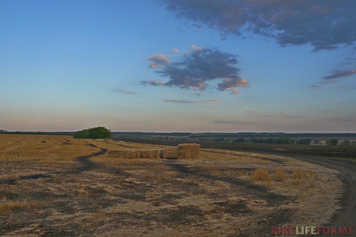 Пшеница уже убрана, и некоторые поля уже вспаханы. Ведь уже почти конец августа. Передать полное безлюдье и тишину этих мест невозможно. Здесь надо проехать.