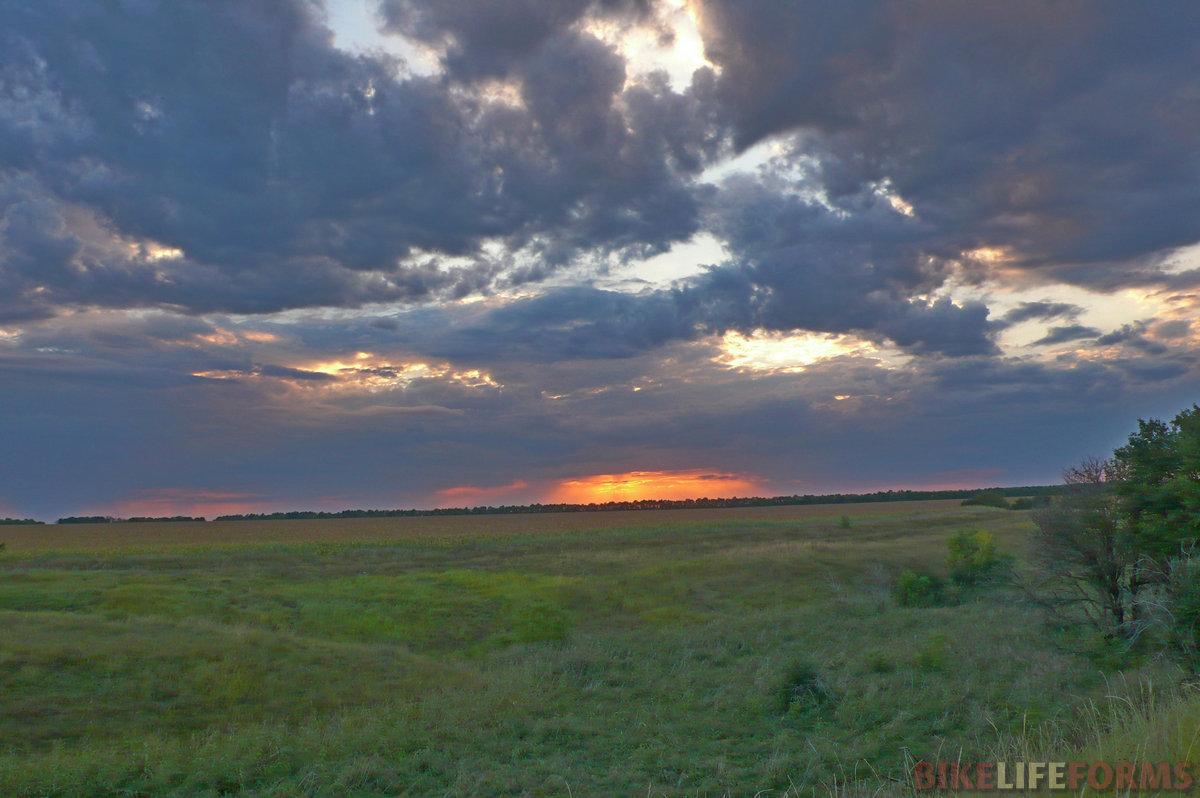 И снова небо. Где-то там около Дона поливает ливень. Порывистый ветер гнет кроны деревьев, а красное солнце озаряет местность вечерними лучами.