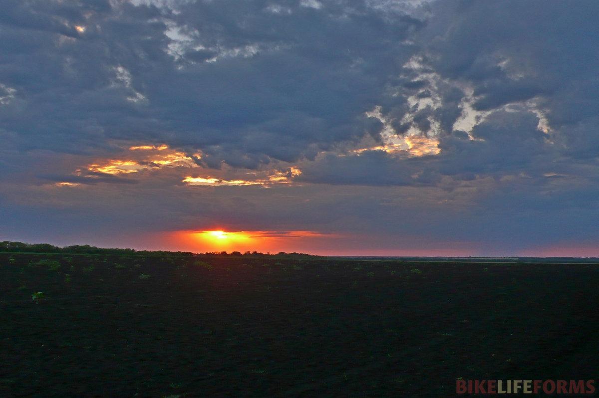Кажется, что скоро накроет и нас, поэтому надо ехать на место ночевки. Однако, святое, чистое безмолвие, закатывающееся на горизонте ,это красное солнце... Даль, пролет на небесах не дают нам тронуться в путь.