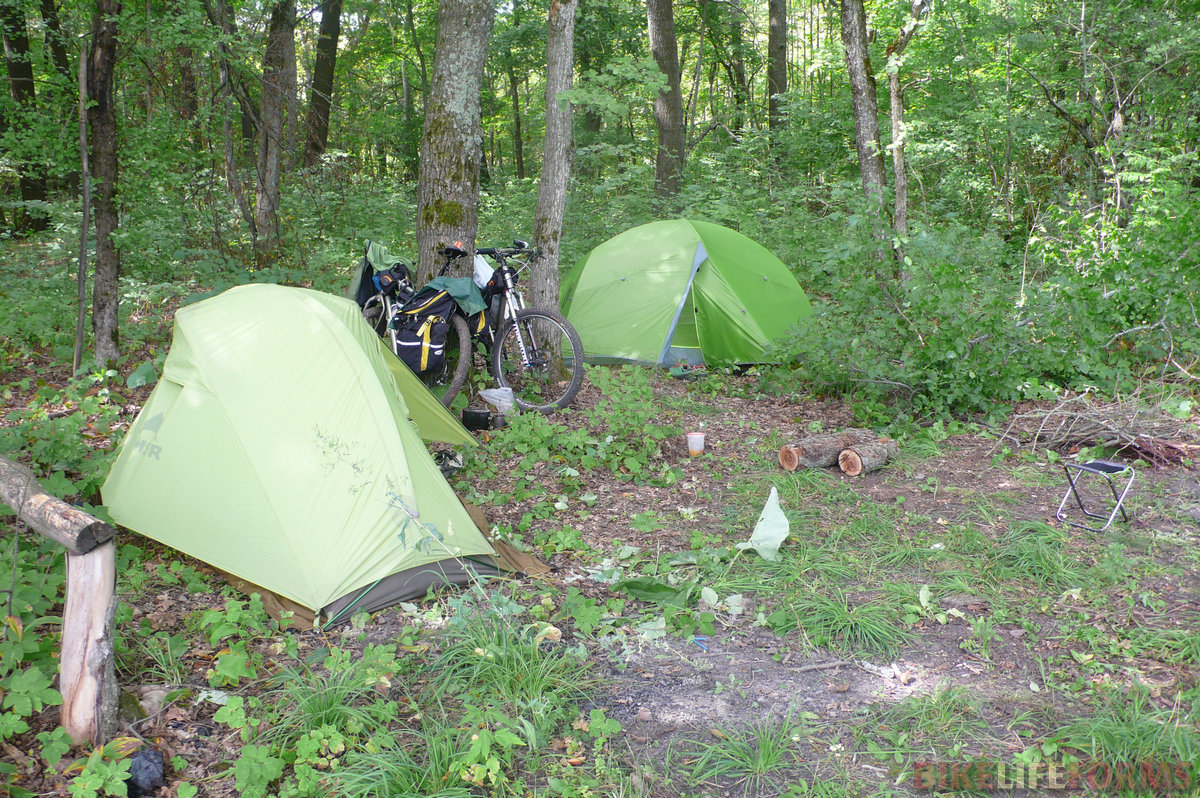 Для того, чтобы добраться до места лагеря на реке Битюг нам пришлось хорошо поплутать. Заехали к реке мы в итоге по другой дороге, и только в 22-30 оказались на месте. Однако, езда в темноте только придала изысканности нашему походу.
