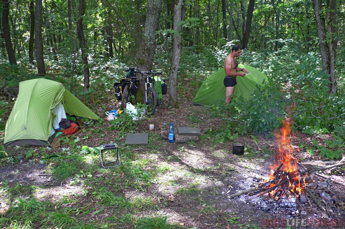 Стоят палатки, горит костер! До обеда у нас спокойная размеренная лагерная жизнь!