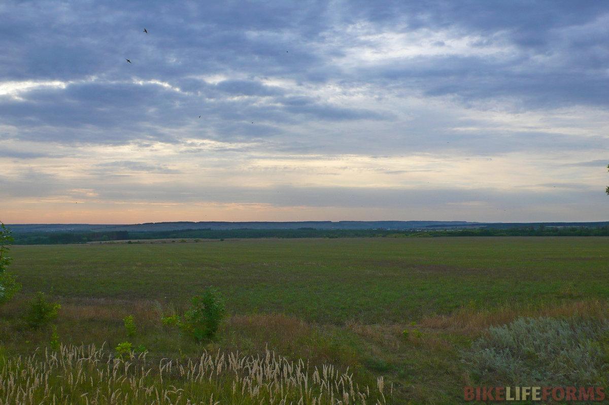 На горизонте виднеется высокий донской берег. Там где-то Костомарово и Белогорье!