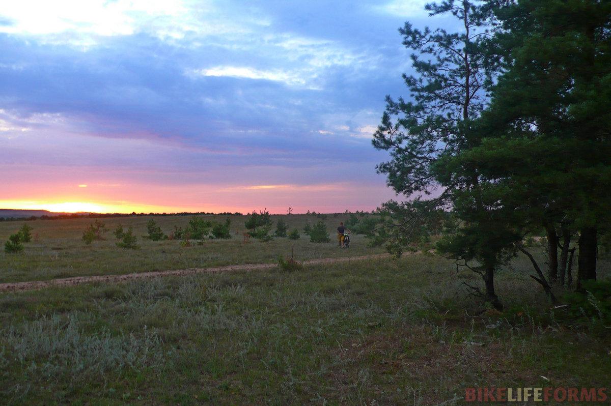 Доехав до Николаевки, сврачиваем в лес в поисках места для ночевки.