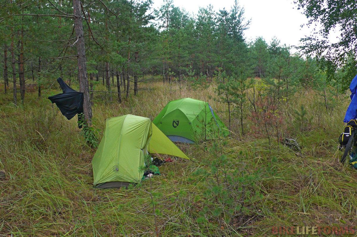 Отошли около 100м от дороги и поставили палатки. Развели костер, поужинали и пошел дождь. Под капли кападющего с неба дождя спится великолепно!