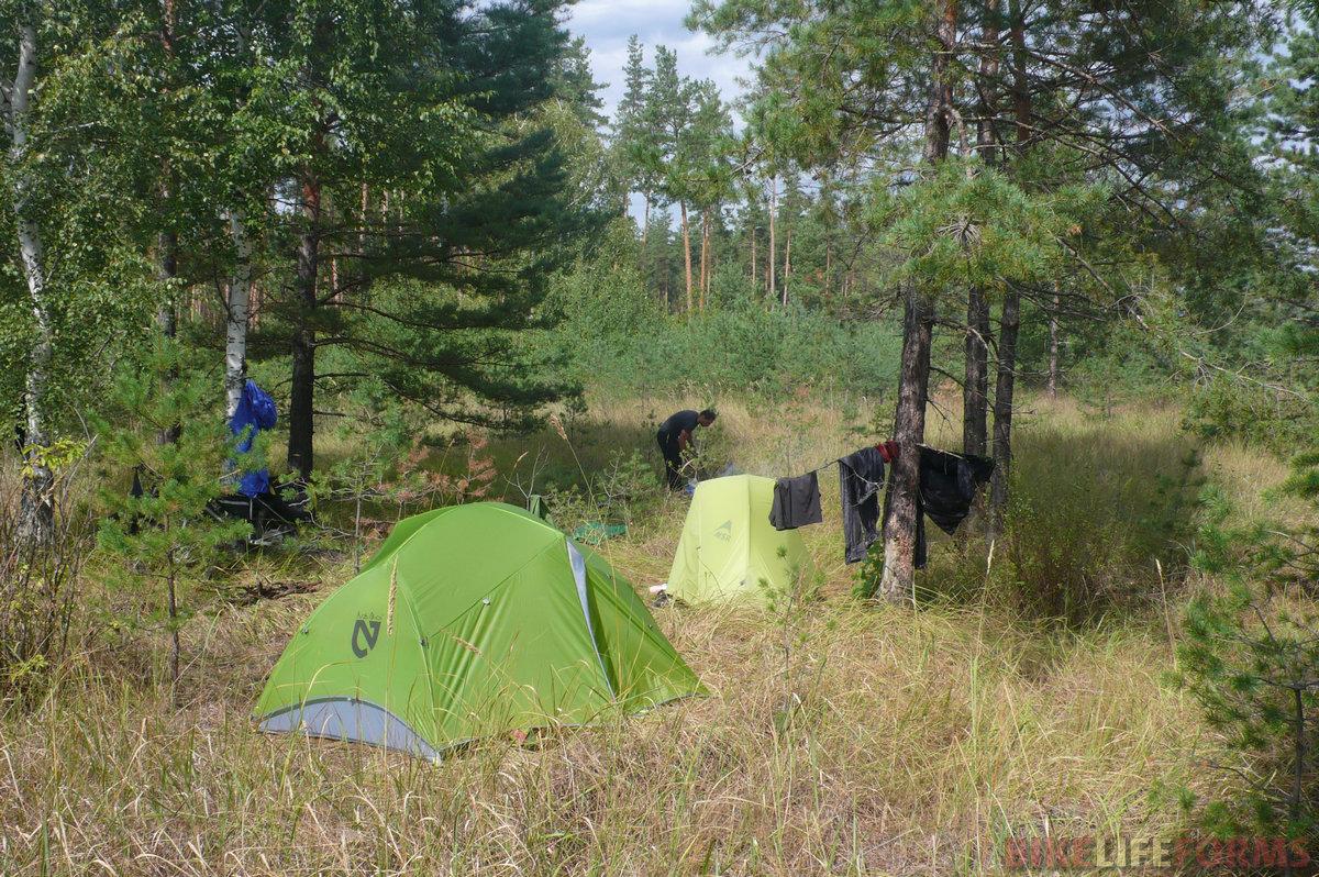 Ближе к 11 часам утра распогодилось, сушим палатки и некоторые вещи. Эх, хорошо! А запах соснового бора после дождя это просто сказка!