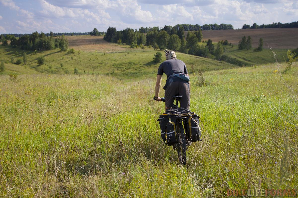 Одно из самых диких мест на маршруте. Едем прямо по полям, где нет ни дорог, ни колеи..