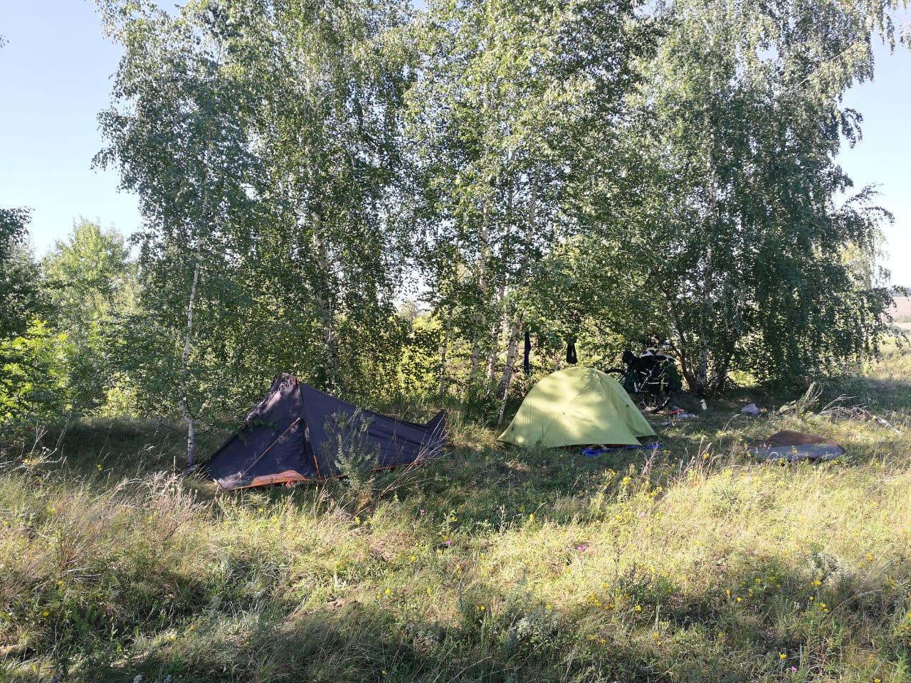 Палатки ставили уже в темноте, но с местом нам неприлично повезло!