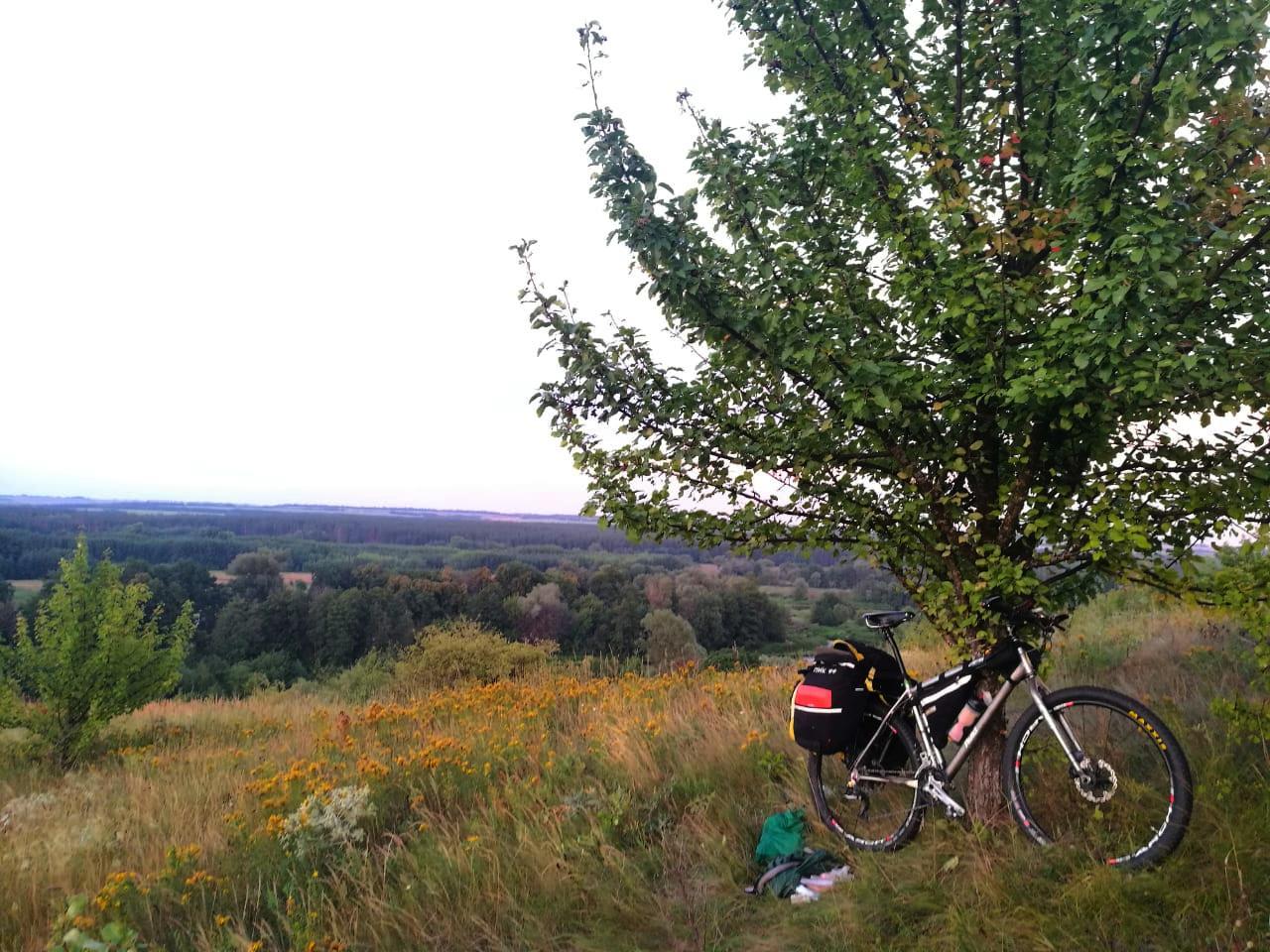Искупавшись и помывшись, я поднялся и забрал велосипед, который я спрятал в зарослях травы и пошел искать место ночевки. Отличный вид не правда ли? Внизу течет Битюг.