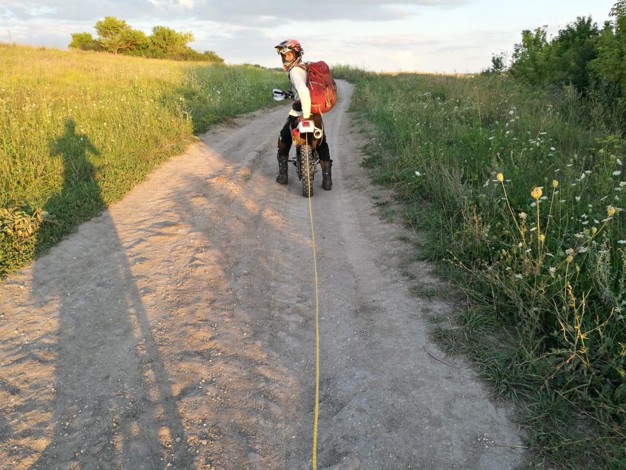 Решаем как быть дальше, как совместить человека на велосипеде и человека на мотоцикле. И тут!!! И тут... Миха достает простую веревку. Я в ахуе... но делать нечего, цепляемся!
