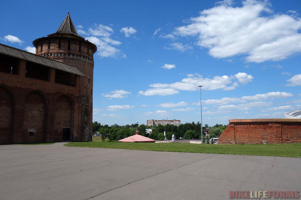 """остатки кремлевской стены. Впереди дом """"800 лет"""""""