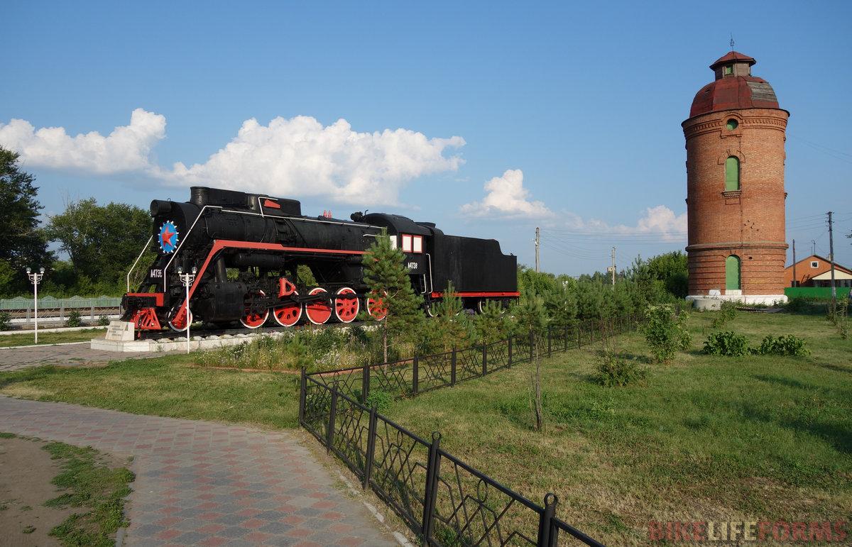 ст. Чистоозерная, паровоз Л-4738. Водонапорная башня типовая для этих мест