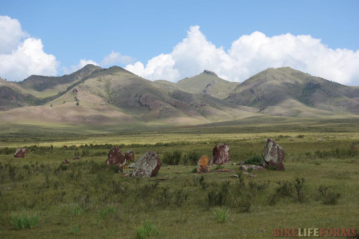 такие камни встречаются часто в степях Хакасии
